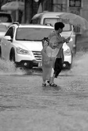 长春突降半城雨 城东边大雨夹杂冰雹砸够呛