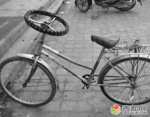 这辆自行车的一个脚蹬子坏掉了