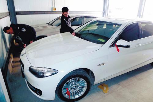 警方缴获的两辆宝马车-德惠男子盗窃宝马开回家 绕行三省七市躲侦查高清图片