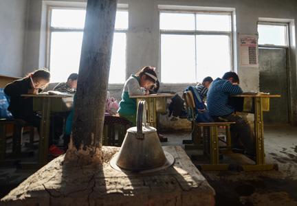 白城市通榆县向海蒙古族乡西艾力村小学一年级和学前班的7名学生.