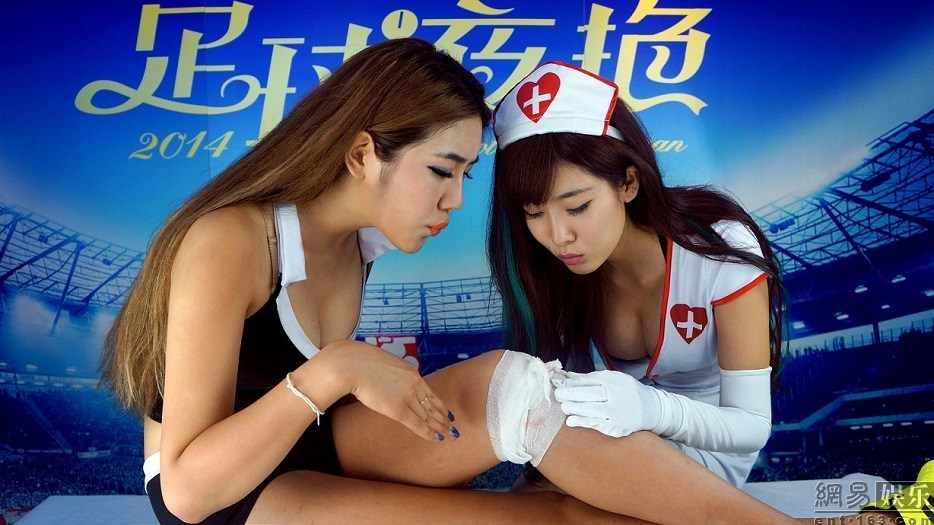 最爆乳足球宝贝扮演护士 受伤球员拍写真 长