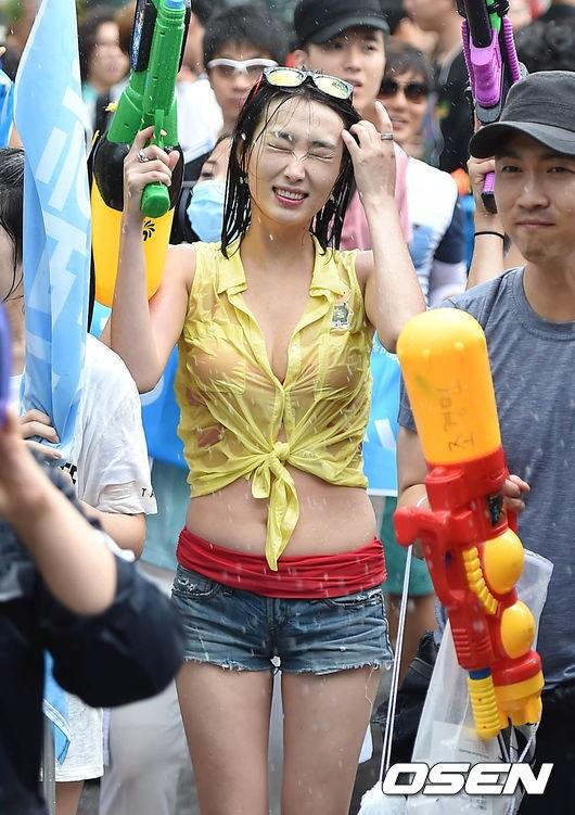 韩国避暑举办水大战