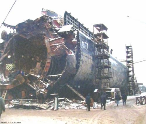 """""""库尔斯克""""号核潜艇的沉没:俄罗斯海军最大惨剧"""