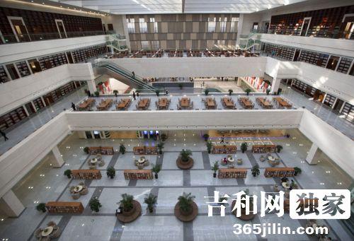 吉林省图书馆新馆15日预开放 超千人参观阅览书籍
