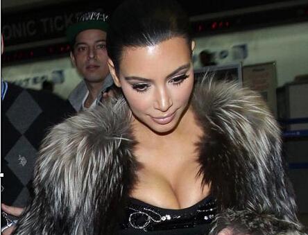 女星机场脱衣受检引骚动 黑色包臀紧身裙搭
