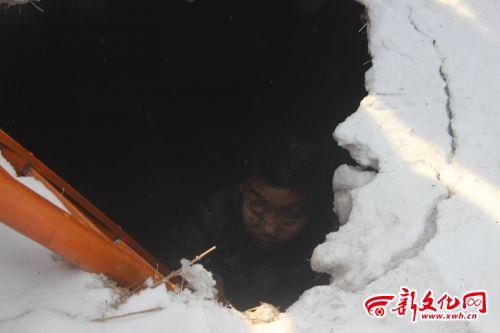 男孩被困在满是积水的塌陷窟窿内 N9