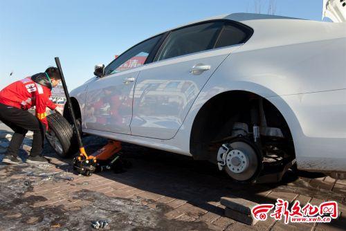 车轮胎被盗_车主雇佣的工人正在更换轮胎