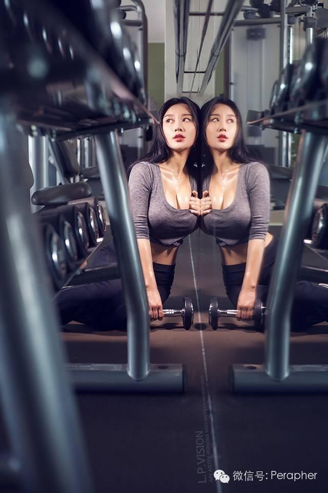 """作为北师大校花,被评价为""""中国乳神""""的樊玲近日的一组健身房私照流出,照片中身材火辣,众多网友大呼""""HOLD不住"""",并有网友将之与之前走红网络的韩国最美女教练对比,并称绝杀对方。"""