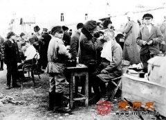1922年俄罗斯大饥荒 妇女为一块面包上街卖身
