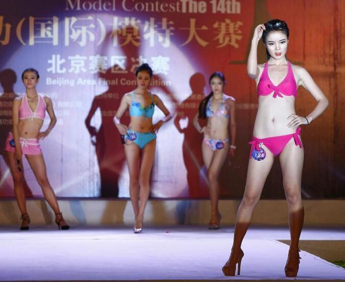 北京大学生模特上演性感泳装秀(3)图片