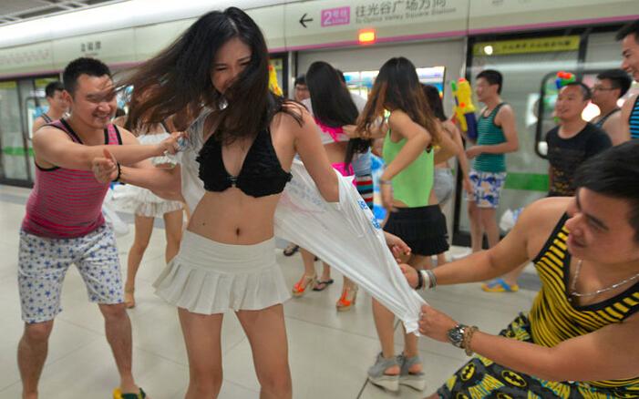 美女身着比基尼走进地铁 衣服被撕掉走光