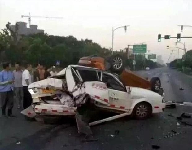 翻车/当场死亡 苏州奥迪超速追尾教练车