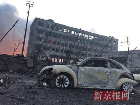 天津危化品爆炸 300米外上千辆汽车被烧仅剩框架