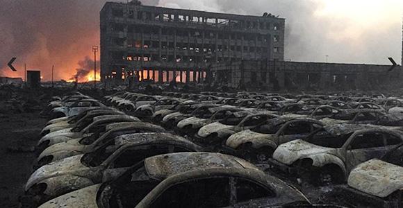 天津危化品爆炸 300米外上千辆汽车被烧仅剩框