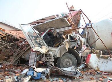大货车把房子撞塌 附近三座房子多次被撞
