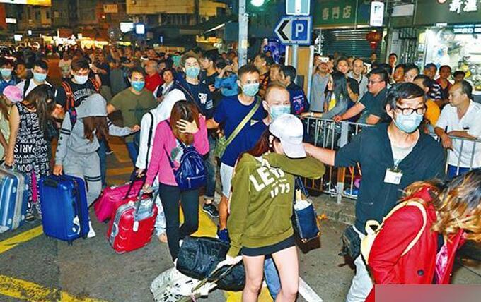 香港警察拘捕300妓女 引百人围观
