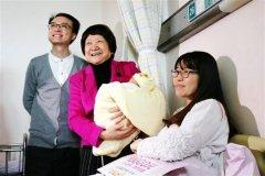 中国首例试管婴儿升级当爹:妻子自然生育