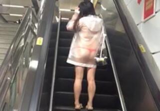 少女穿透明雨衣坐地铁 里面仅穿红色内裤