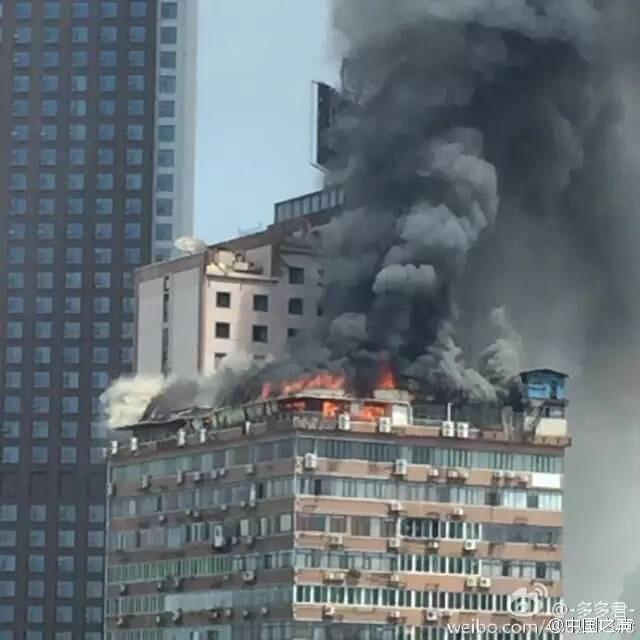 江西南昌一高楼顶楼起火 大火笼罩半边天黑烟滚滚暂无人伤亡