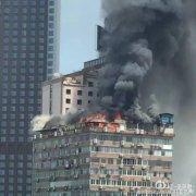 江西南昌一高楼顶楼起火 大火笼罩半边天黑烟滚