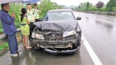 女子高速路上光脚开车撞上护栏 一撞损失两万元