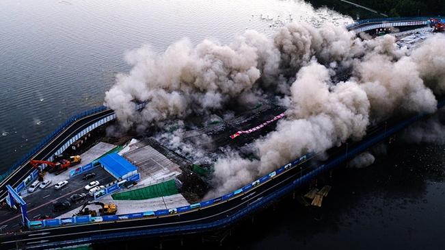 长春南湖大桥被爆破拆除 该桥建于1978年