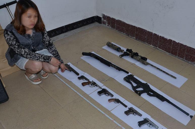 短裙女子被抓 屋里搜出十几支枪
