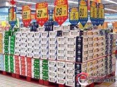男子在超市买1箱牛奶 回家拆开发现百万现金