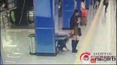 """东莞地铁惊现""""偷窥狂"""",俯身窥探裙底,女孩"""